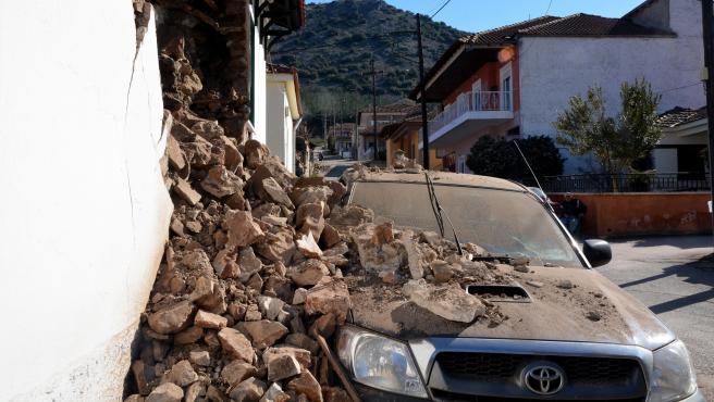 Un coche estacionado queda destrozado por los escombros que cayeron de un edificio en Damasi, una aldea cerca de Larissa, después del fuerte terremoto en Tesalia, Grecia central.