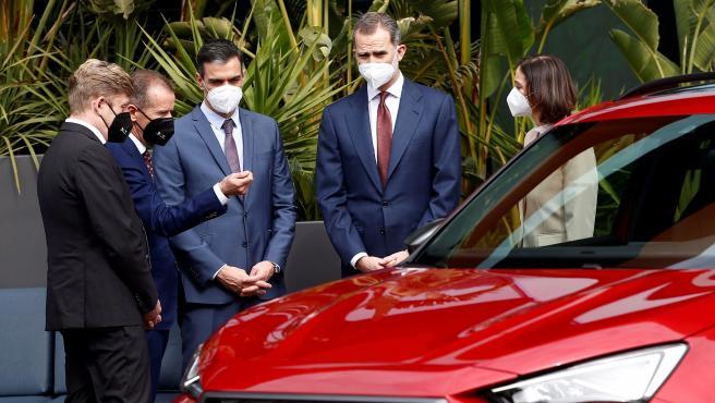El rey y el presidente del Gobierno, este viernes en la planta de SEAT en Martorell.