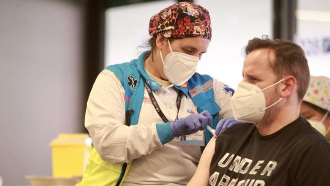Una enfermera vacuna en el Estadio Wanda Metropolitano en Madrid