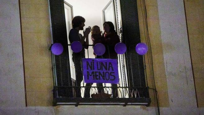 Una familia aplaude desde su balcón por el 8-M.