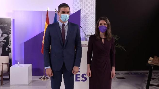 El presidente del Gobierno,Pedro Sánchez, y la ministra de Igualdad, Irene Montero, posan durante el acto institucional del 8-M en el Ministerio de Igualdad.