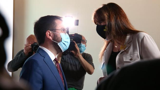 Pere Aragonès 8ERC) y Laura Borràs 8JxCat), durante una conferencia del dirigente republicano en Barcelona.