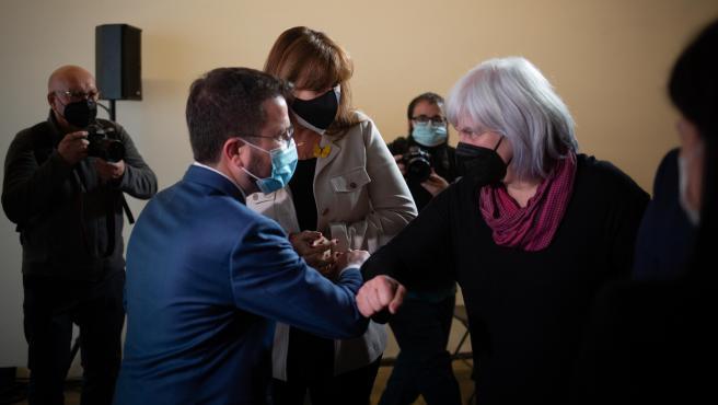 El vicepresidente de la Generalitat en funciones, Pere Aragonès, con la candidata de Junts, Laura Borràs, y la de la CUP, Dolors Sabater, en una imagen de archivo.