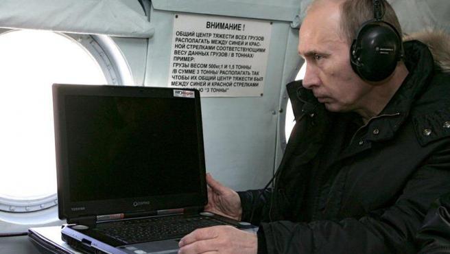 Imagen de archivo de Putin con un ordenador.