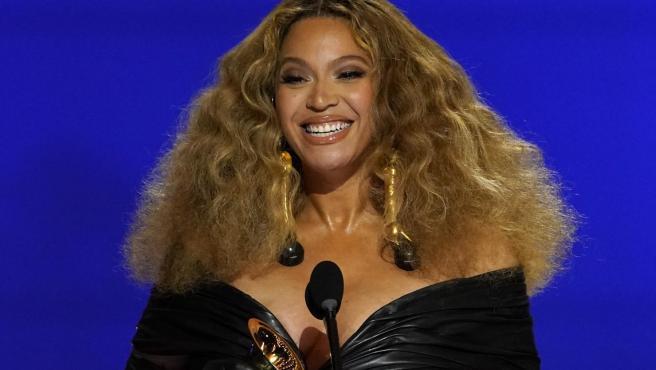 Beyoncé haciendo historia en los premios Grammy.