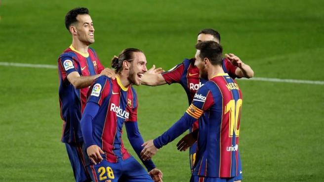 Los jugadores del FC Barcelona celebran un gol de Mingueza.