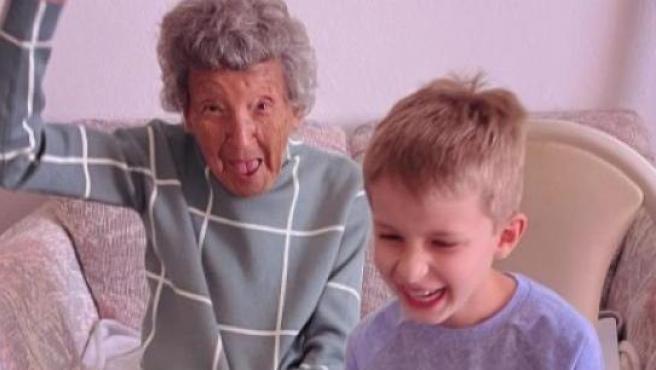 la abuela con su nieto.