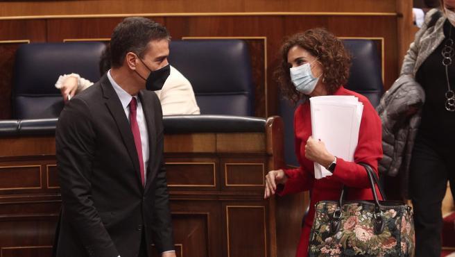 Expediente - El presidente del Gobierno, Pedro Sánchez, habla con la ministra de Hacienda, María Jesús Montero, durante el debate en el Congreso del proyecto de ley de presupuestos generales del Estado para el año 2021