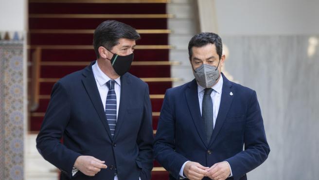 El presidente de la Junta, Juanma Moreno (d), y el vicepresidente, Juan Marín.