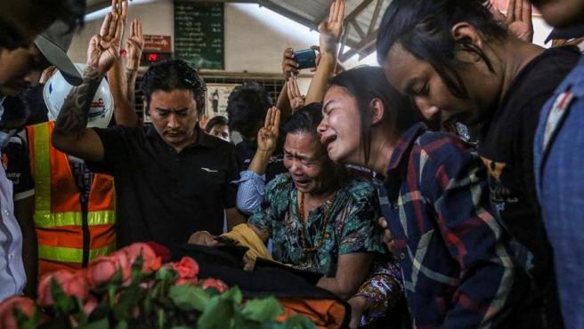 Funeral de un manifestante de 21 años muerto durante las protestas contra el golpe de estado militar, en Mandalay, Birmania (Myanmar).
