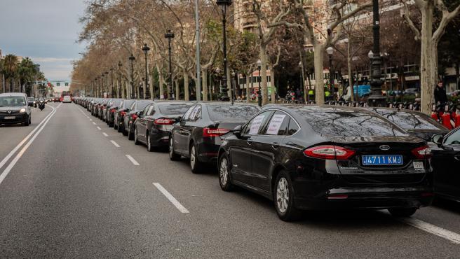 Concentración de vehículos de alquiler con conductor (VTC) en la avenida Diagonal de Barcelona tras el anuncio del decreto de la Generalitat, el 29 de enero de 2019.