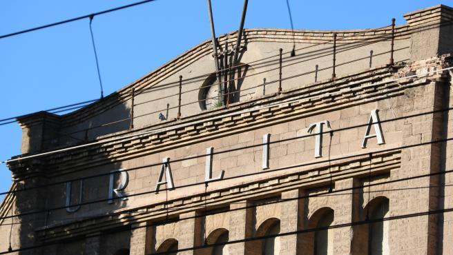 Fachada de la fábrica de Uralita de Cerdanyola del Vallès (Barcelona).