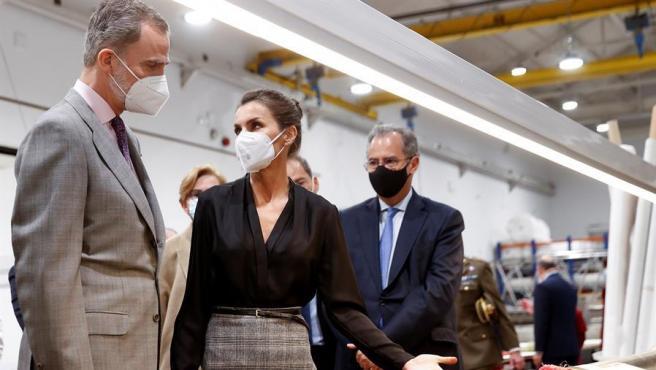 El rey Felipe VI y la reina Letizia durante su visita a la Real Fábrica de Tapices de Madrid.