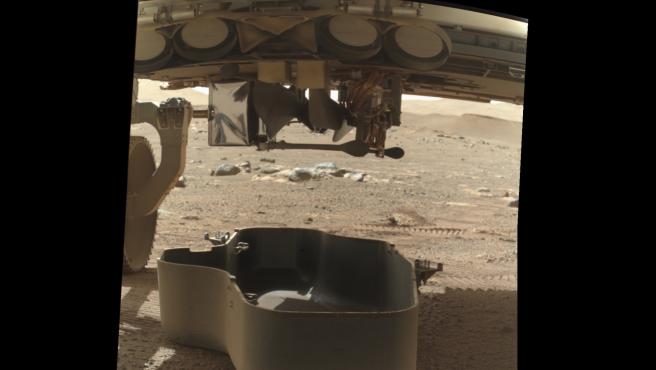Primera imagen del helicóptero Ingenuity en Marte, todavía unido al rover Perseverance.