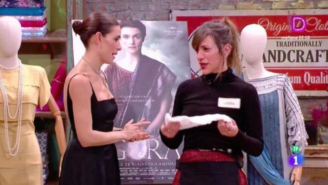 Laura se despide de Raquel en 'Maestros de la costura'.
