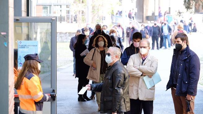 Ciudadanos haciendo cola este miércoles para recibir la vacuna contra la Covid en la Facultat de Geografia i Història de la UB de Barcelona.