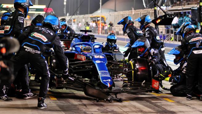 Fernando Alonso, en los boxes durante el GP de Bahréin