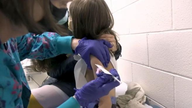 Una niña recibiendo la vacuna de Pfizer en la Universidad de Duke.