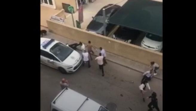 Momento en el que el agente cae al suelo tras la agresión.