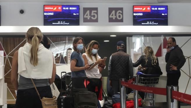 Varios pasajeros del vuelo de repatriación a España en el aeropuerto de Casablanca, en Marruecos.