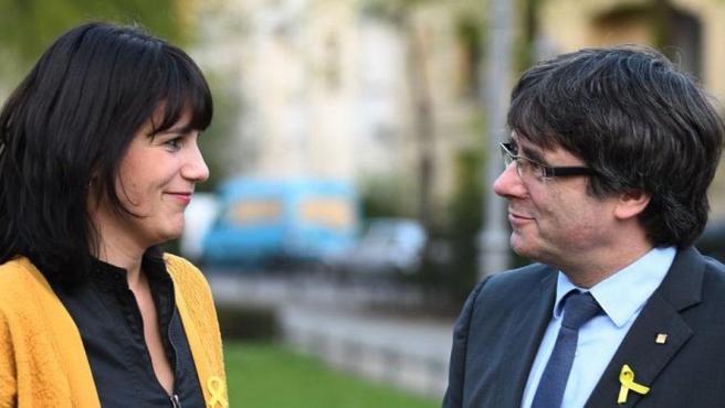 JxCat deputy, Aurora Madaula, together with Carles Puigdemont.