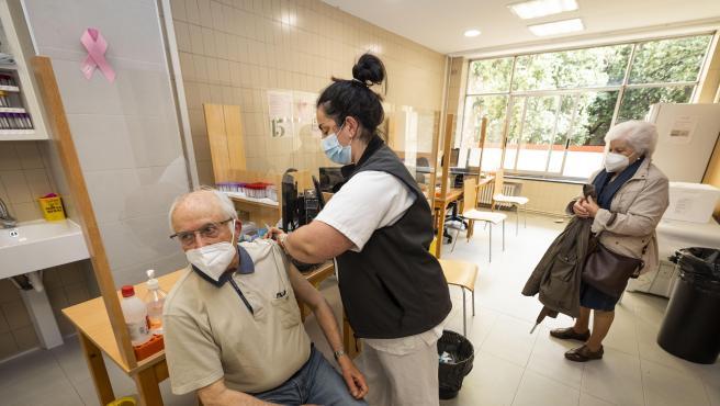 Una sanitaria vacuna a un hombre mayor de 80 años con la dosis de Pfizer en el ambulatorio Virgen Peregrina, en Pontevedra, Galicia (España), a 1 de abril de 2021. El Servicio Gallego de Salud (SERGAS) tiene previsto q