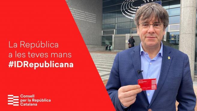 Puigdemont posa junto al DNI catalán.