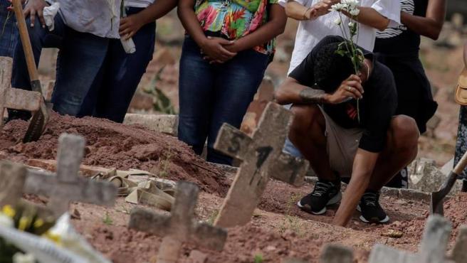 Entierro de una mujer fallecida por covid-19, en un cementerio de Río de Janeiro, Brasil.