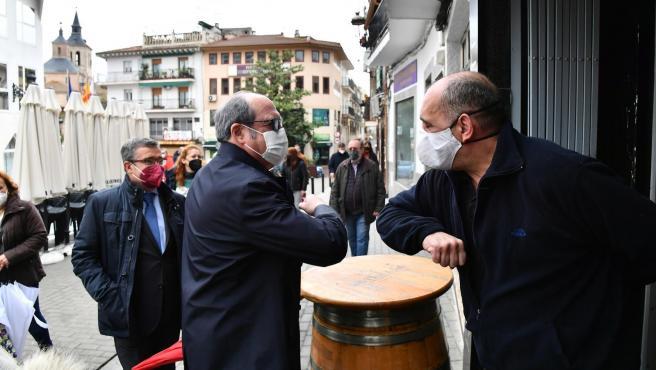 El candidato del PSOE, Ángel Gabilondo, en su visita a Arganda del Rey este viernes.