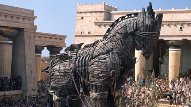 Fotograma de la película 'Troya' que representa la entrada del caballo en la ciudad.