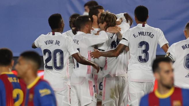 Los jugadores del Real Madrid celebran un gol ante el FC Barcelona