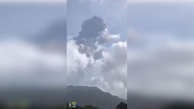 """El volcán La Soufriere, situado en el noroeste de San Vicente y las Granadinas volvió a registrar esta madrugada una """"enorme"""" erupción que ha lanzado una columna de humo de diecisiete kilómetros de altura, según ha informado este lunes el Centro de Investigación Sísmica de la Universidad de las Indias Occidentales (UWI, en inglés) en Trinidad y Tobago."""