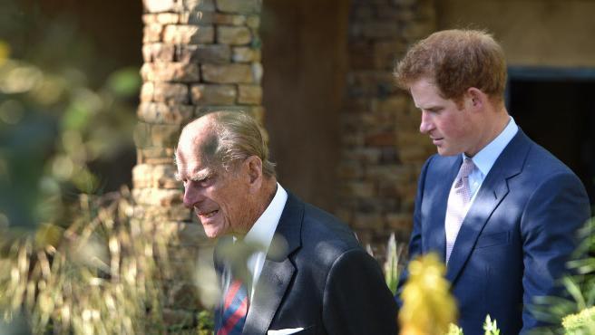 El duque de Edimburgo y el príncipe Harry, su nieto, en un evento celebrado en Londres.