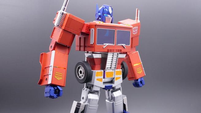El juguete puede transformarse en coche sin necesidad de manipularlo.
