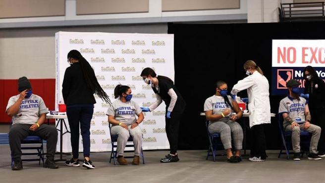 Estudiantes universitarios reciben la vacuna contra la covid-19 en Brentwood, Nueva York (EE UU).