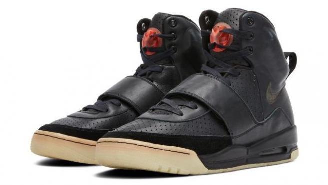 La zapatillas prototipo de la línea Yeeze de Nike que usó Kanye West en la 50 ceremonia de los Grammy.