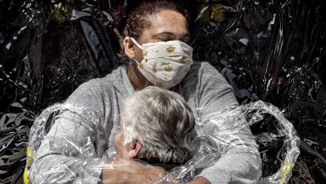 'The First Embrace', fotografía ganadora del World Press Photo del Año 2021.