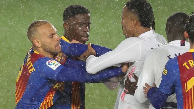 Illaix Moriba y Braithwaite se encaran con Militao durant eel Real Madrid - Barcelona