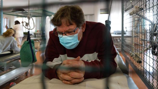Isidre, paciente de la primera ola, durante su rehabilitación por las secuelas post-Covid en el Hospital de l'Esperança de Barcelona.