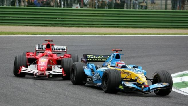 Fernando Alonso y Michael Schumacher, en Imola 2005