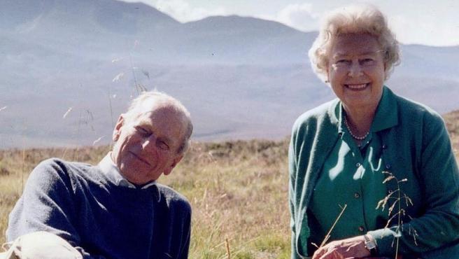 La reina Isabel II y su marido, el príncipe Felipe, duque de Edimburgo, en 2003 en Coyles de Muick (Escocia).