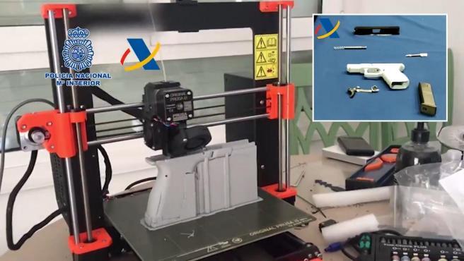 Una impresora 3D durante la fabricación de un arma; y un arma fabricada a través de la misma herramienta.