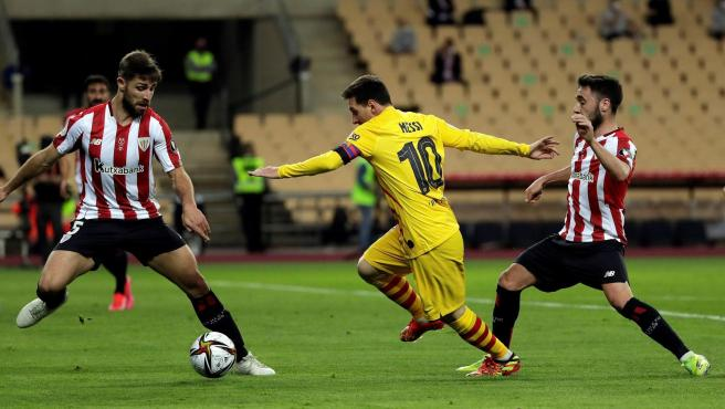 Leo Messi se va de dos defensores.