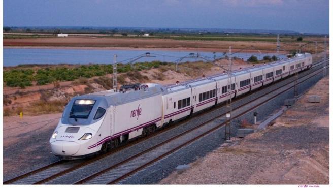 Archivo - Un tren de Renfe, en una imagen de archivo.