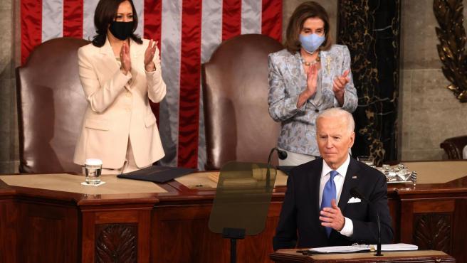 Joe Biden, durante su primer discurso como presidente de EE UU ante el Congreso del país, aplaudido por la vicepresidenta, Kamala Harris, y la presidenta de la Cámara de Representantes, Nancy Pelosi.