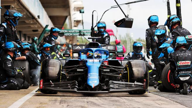 Fernando Alonso, durante un cambio de neumáticos