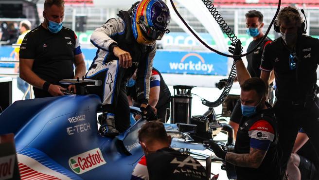 Fernando Alonso se baja de su coche en el GP de España