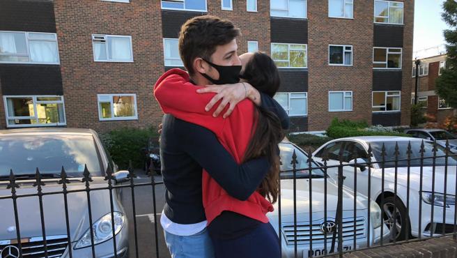 Dos jóvenes abrazándose en la localidad inglesa de Weybridge