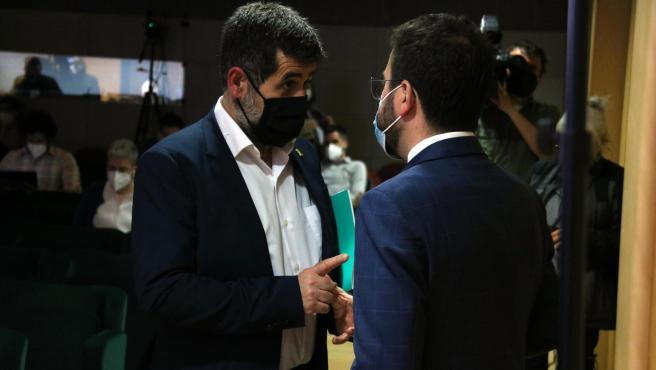 El vicepresidente del Govern y candidato de ERC, Pere Aragonès, con el secretario general de JxCat, Jordi Sànchez.