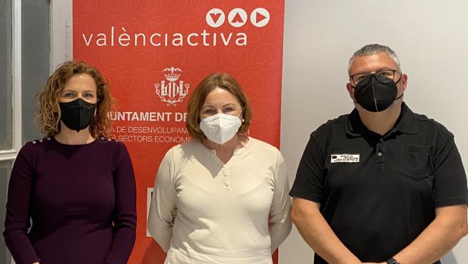 La concejala Pilar Bernabé, en una reunión con la presidenta de la Asociación de Esteticistas, Reme Juan Ponce, y el presidente del Gremio de Peluquerías y Belleza de la Comunitat Valenciana, Paco Fortea.